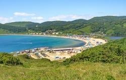 帐篷和村庄基于的蓝色海湾岸  免版税库存照片