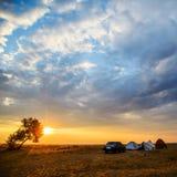 帐篷和汽车在海岸 免版税库存图片