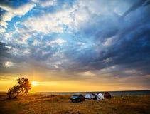 帐篷和汽车在海岸 免版税库存照片
