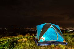 帐篷和背景天空和山景在晚上 库存照片