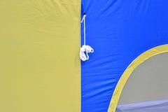 帐篷啪答声在蓝色和黄色的 库存图片