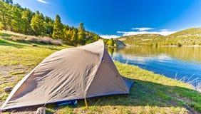 帐篷在一美好的天设定了在Hauser湖蒙大拿 库存图片