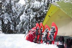 帐篷在冬天森林里 免版税库存照片