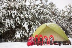 帐篷在冬天森林里 免版税库存图片