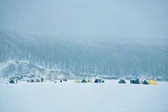 帐篷在冰的冬天渔在清早 免版税库存图片