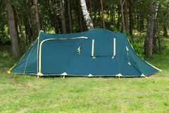 帐篷在反对树的森林里 免版税库存照片