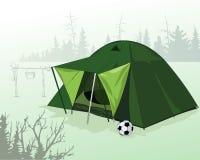 帐篷在森林沼地 野营 活跃休闲本质上 免版税库存照片