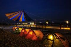 帐篷在海滩的露营地在晚上 免版税库存照片