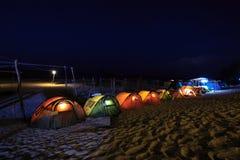 帐篷在海滩的露营地在晚上 库存照片