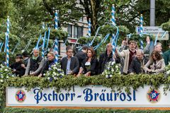 帐篷所有者和啤酒厂在慕尼黑啤酒节-黑客Pschorr游行初游行 库存图片