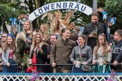 帐篷所有者和啤酒厂在慕尼黑啤酒节- Lowenbrau游行初游行 库存图片