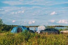 帐篷旅游阵营在一条河的夏天晴朗的天气的 图库摄影