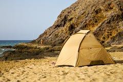 帐篷海岸兰萨罗特岛在西班牙游艇小船夏天 图库摄影