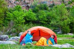 帐篷的两个女孩 免版税图库摄影
