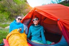 帐篷的两个女孩 库存照片