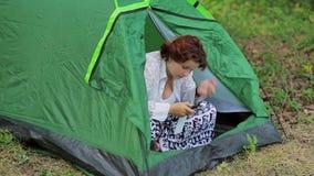 帐篷的女孩有电话的 影视素材