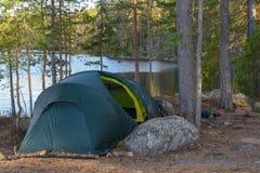 帐篷阵营在森林里 图库摄影