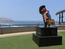 帕丁顿熊雕象在米拉弗洛雷斯,利马 免版税库存图片
