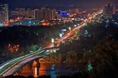 帕东桥梁在晚上在基辅,乌克兰 免版税库存图片