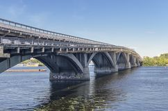帕东桥梁通过Dnipro河 免版税库存照片