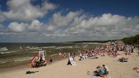 帕兰加,立陶宛- 2017年7月, 29日 放松,晒日光浴和游泳在帕兰加市海滩的人们在热的夏天期间 股票视频