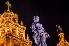 帕兹和平雕象我们的夫人Basilica Night瓜纳华托州墨西哥 免版税库存照片