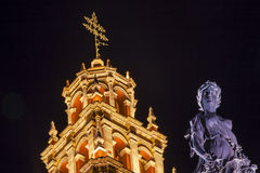 帕兹和平雕象我们的夫人Basilica Night瓜纳华托州墨西哥 图库摄影