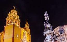 帕兹和平雕象我们的夫人Basilica Night瓜纳华托州墨西哥 免版税图库摄影