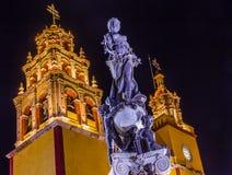 帕兹和平雕象我们的夫人Basilica Night瓜纳华托州墨西哥 库存照片