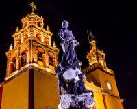 帕兹和平雕象我们的夫人Basilica Night瓜纳华托州墨西哥 免版税库存图片