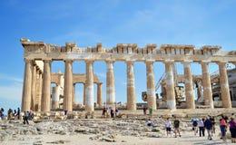 帕台农神庙上城希腊的古老专栏有游人的 免版税图库摄影