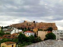 帕台农神庙的看法,上城在雅典希腊 参观上城博物馆在一多云天 库存照片