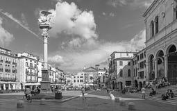 帕多瓦,意大利- 2014年9月10日:广场dei绅士正方形和圣马克专栏与圣克莱芒特教会  免版税库存照片