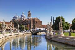 帕多瓦,普拉托della瓦尔,从运河的看法到圣朱斯蒂纳大教堂  库存图片