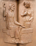 帕多瓦-在讲坛的现代金属安心在教会圣玛丽亚dei塞尔维 耶稣和撒马利亚人妇女 库存图片