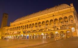 帕多瓦-广场della Fruta在夜和Palazzo della Ragione里 库存图片