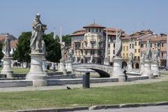 帕多瓦/意大利- 2017年6月12日:在河谷草地广场广场的美好的夏日有水运河的 令人惊讶的意大利雕塑 免版税库存照片
