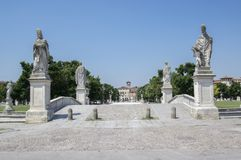 帕多瓦/意大利- 2017年6月12日:在河谷草地广场广场的美好的夏日有水运河的 令人惊讶的意大利雕塑 库存图片