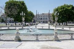 帕多瓦/意大利- 2017年6月12日:在河谷草地广场广场的美好的夏日有水运河的 令人惊讶的意大利雕塑 图库摄影
