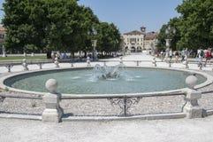 帕多瓦/意大利- 2017年6月12日:在河谷草地广场广场的美好的夏日有水运河的 令人惊讶的意大利雕塑 库存照片