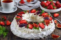 帕夫洛娃法国蛋白甜饼蛋糕花圈  免版税库存照片