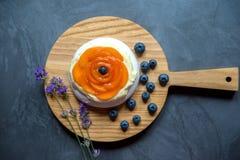 帕夫洛娃与奶油,杏子,蓝莓的蛋白甜饼蛋糕 并且索马里兰 免版税图库摄影