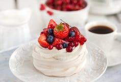 帕夫洛娃蛋白甜饼蛋糕用新鲜的莓果 免版税库存照片