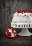 帕夫洛娃蛋糕用石榴 库存图片
