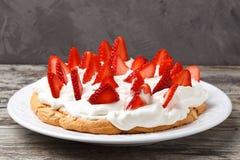 帕夫洛娃蛋糕用草莓 图库摄影