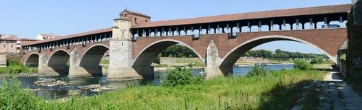帕尔瓦,意大利:在河提契诺州的被遮盖的桥 库存照片