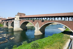 帕尔瓦,意大利:在河提契诺州的被遮盖的桥 图库摄影