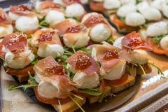 帕尔马火腿和无盐干酪开胃菜在梅尔卡多de圣米格尔火山 免版税图库摄影