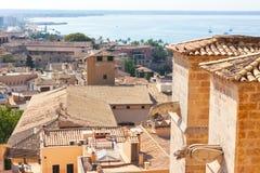 帕尔马,亦称La Seu圣玛丽亚大教堂的面貌古怪的人,与海在背景中 帕尔马,马略卡 免版税库存图片