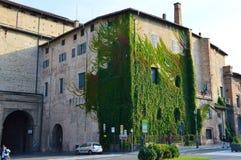 帕尔马,意大利- 2016年10月6日-宫殿,与攀登绿色植物,帕尔马,意大利的Palazzo della Pilotta 库存图片